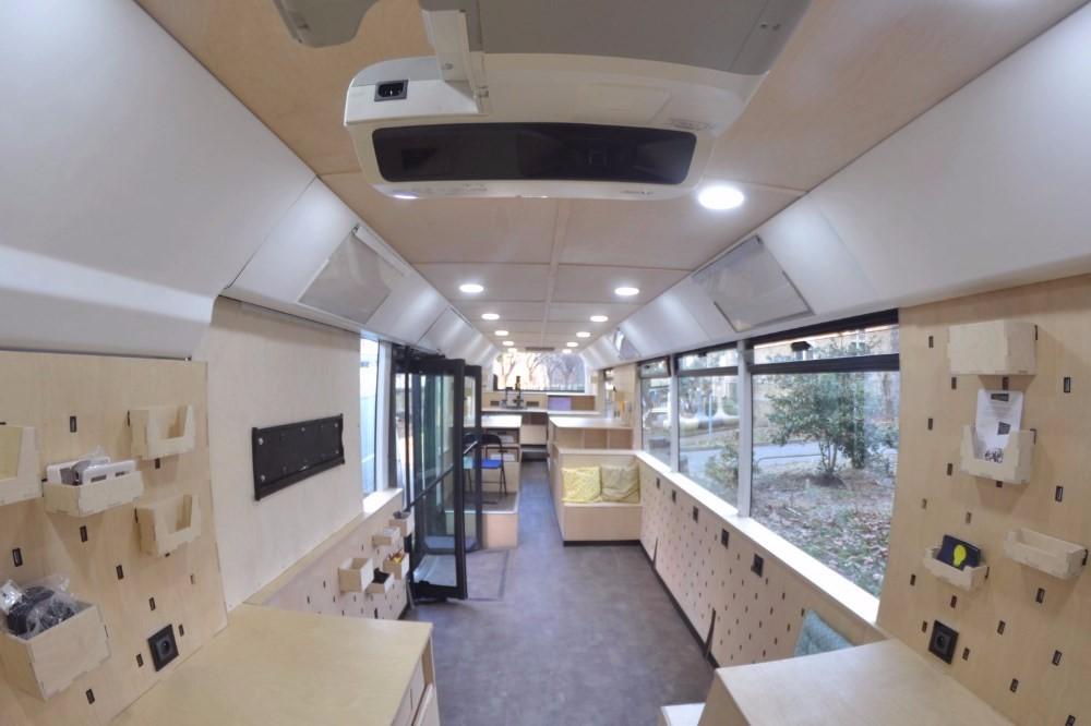 louer salle de r union atypique pour 12 personnes dans un bus paris. Black Bedroom Furniture Sets. Home Design Ideas