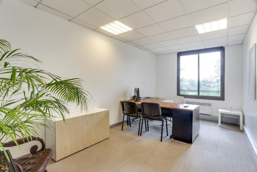 louez un poste de travail dans un bureau de 20m evry. Black Bedroom Furniture Sets. Home Design Ideas
