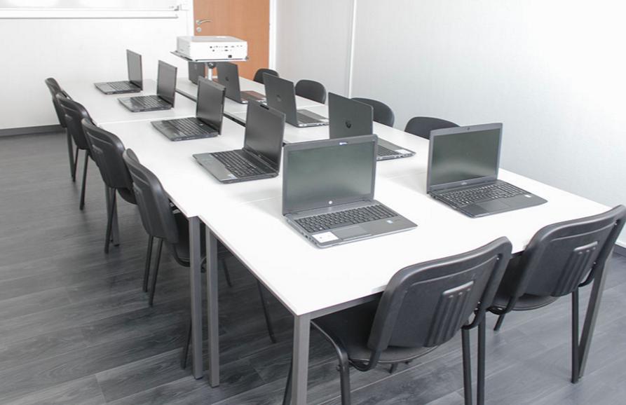location d 39 une salle informatique pour formation angers pour 10 personnes. Black Bedroom Furniture Sets. Home Design Ideas