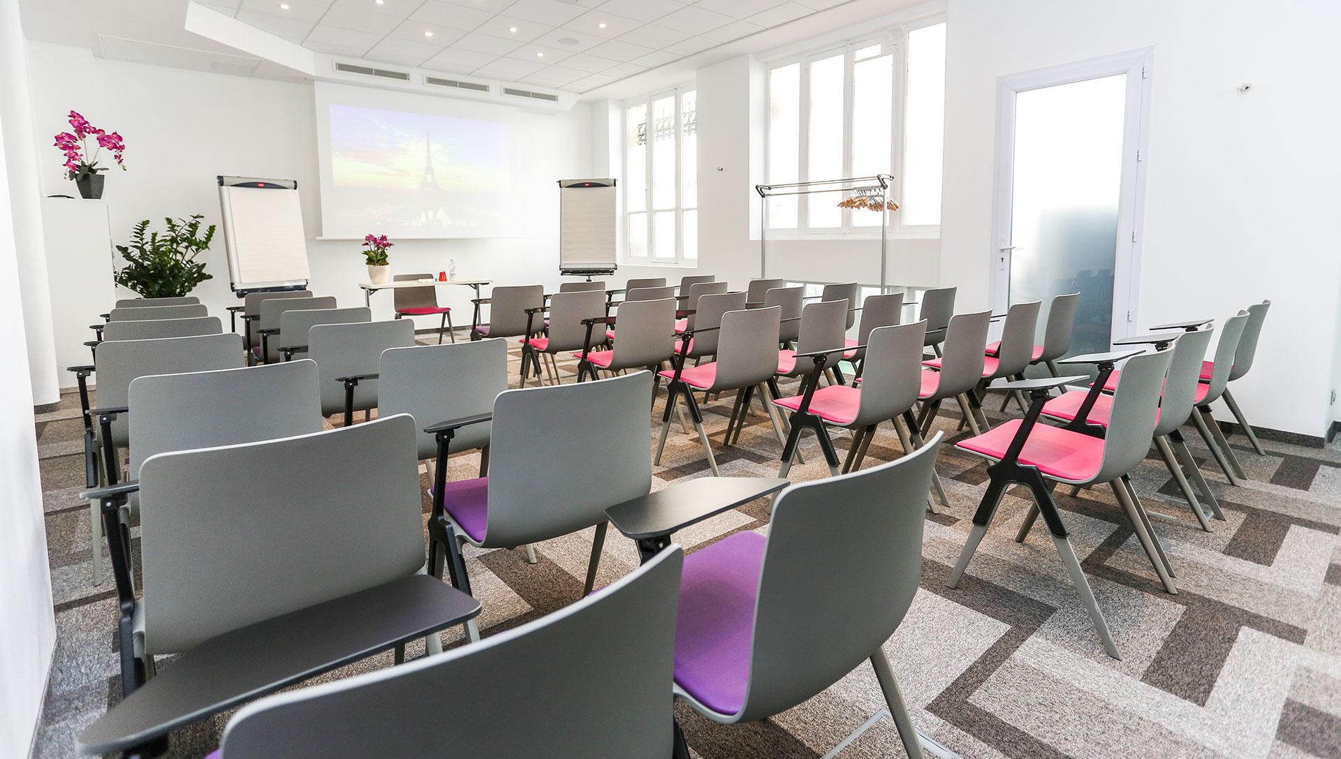 Salle turner pour vos s minaires r unions et formations for Distance entre table et luminaire