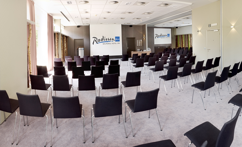location grande salle de conference pour 130 250. Black Bedroom Furniture Sets. Home Design Ideas