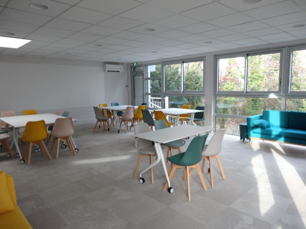 Grande salle de r union color e et modulable meylan 60m for Salle de pause au travail