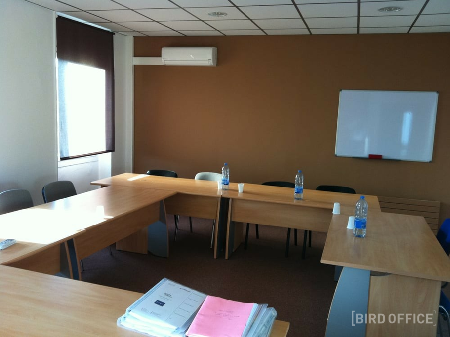 Hire Air Conditioned Meeting Room For 8 People In Marseille Near