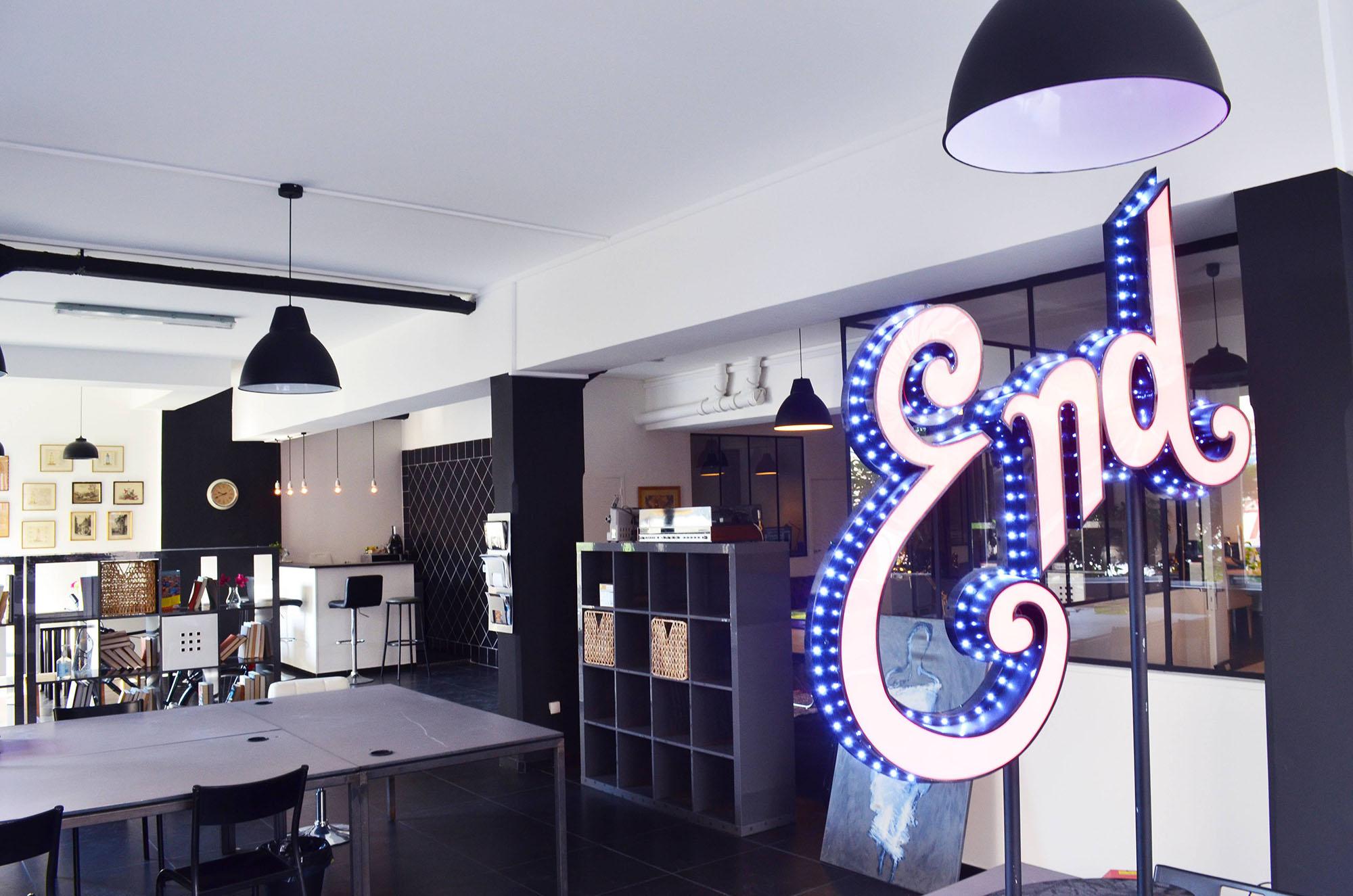 location poste de travail dans un espace de coworking paris dans le 18 me. Black Bedroom Furniture Sets. Home Design Ideas