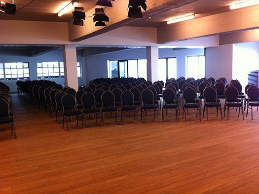 Location d 39 une grande salle d 39 v nement pour 300 personnes for Materiel salle restaurant