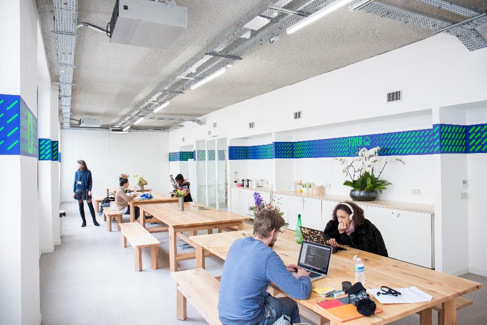 Salle atypique paris espace de travail de 80m lumi re for Interieur lumiere abat jour