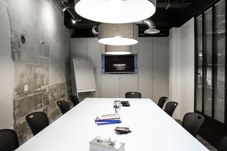 salle de r union dans un ancien atelier parisien. Black Bedroom Furniture Sets. Home Design Ideas