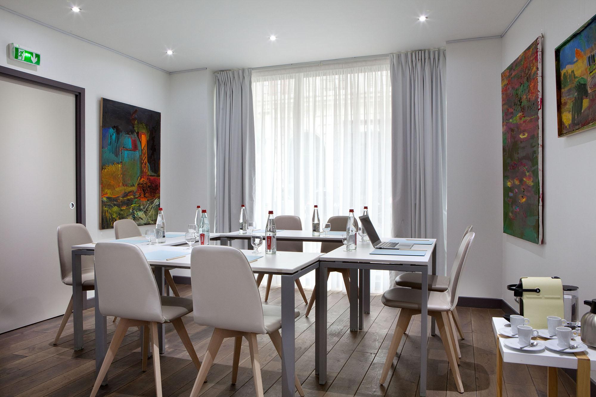 salle de r union design avec acc s jardin int rieur. Black Bedroom Furniture Sets. Home Design Ideas