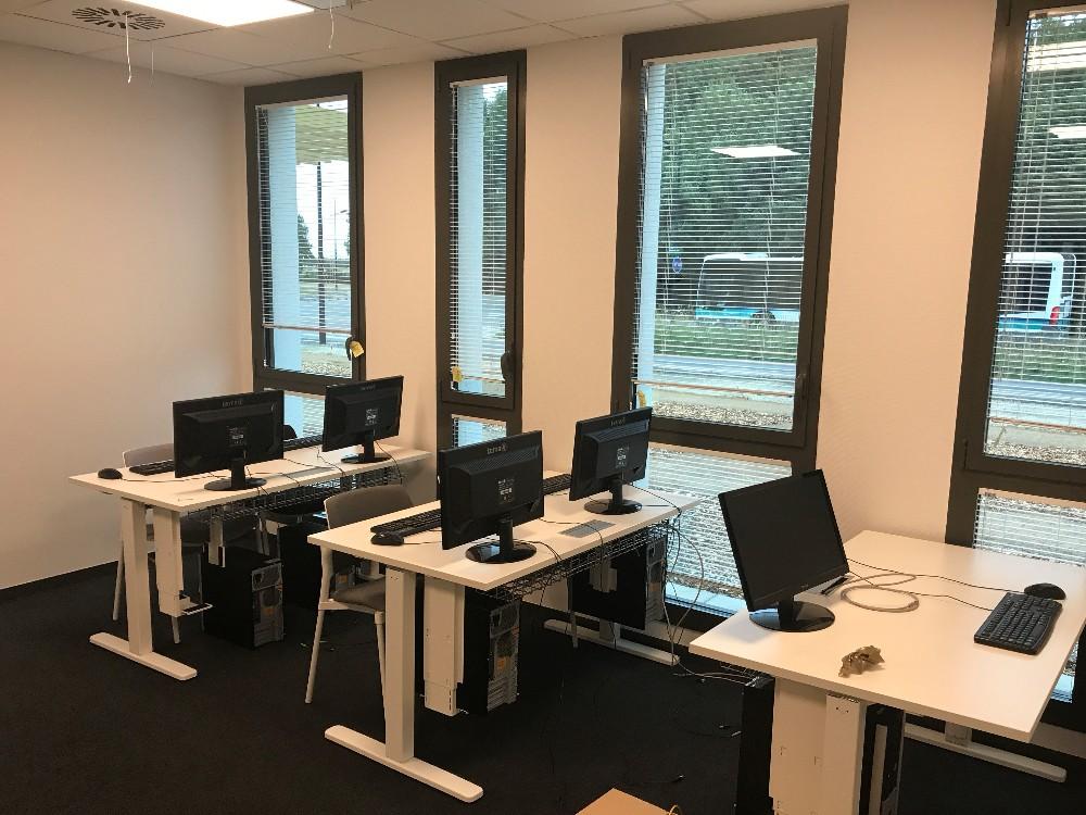 salle informatique espace de travail la lumi re du jour proche gare rennes. Black Bedroom Furniture Sets. Home Design Ideas