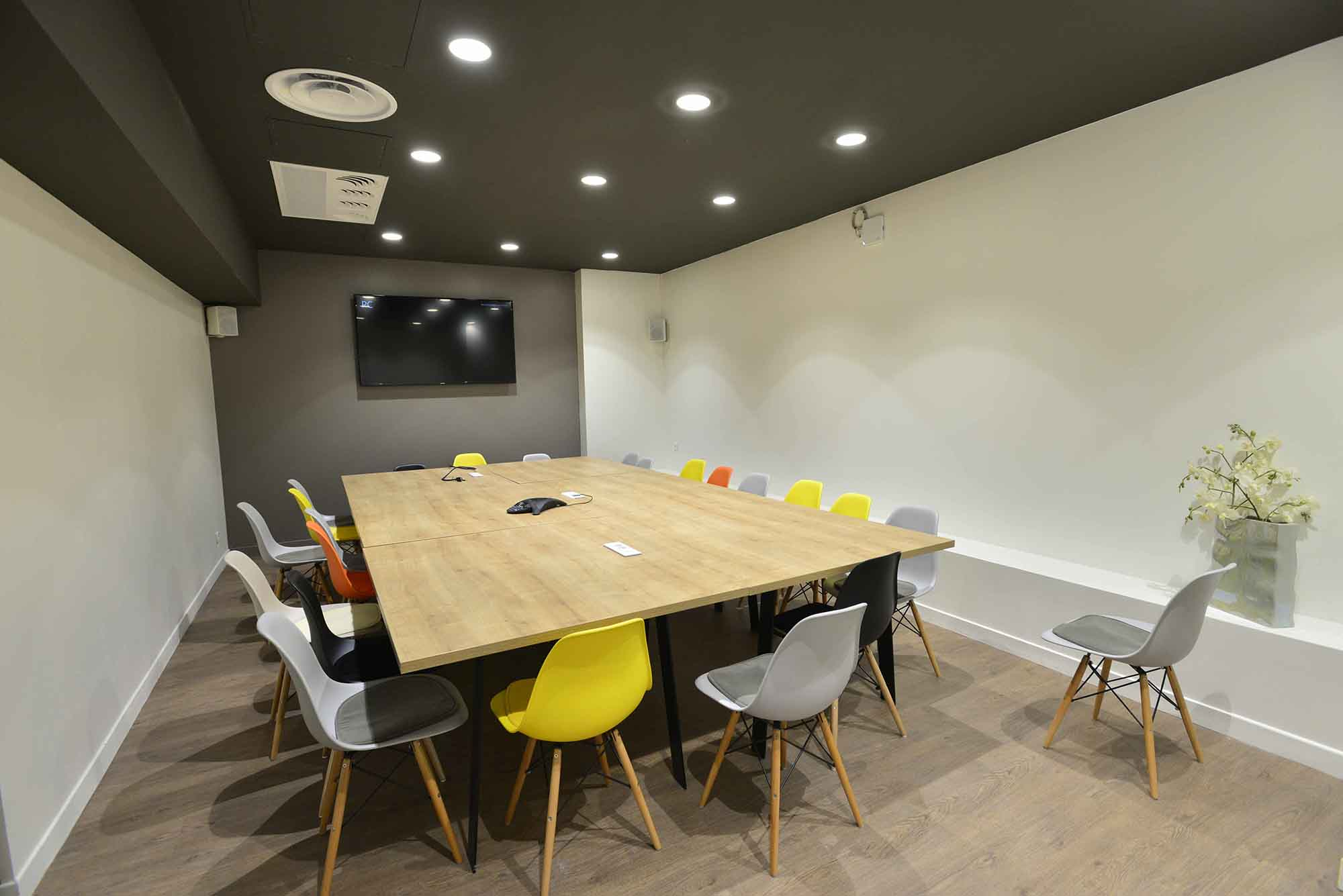 salle de r union pour 17 personnes situ e dans le centre de bordeaux. Black Bedroom Furniture Sets. Home Design Ideas