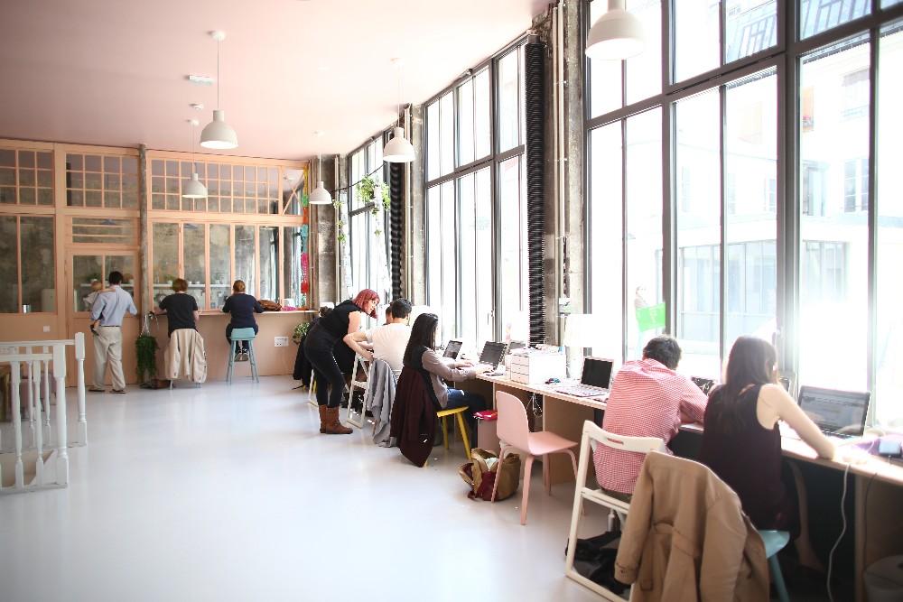 Un poste de travail au sein d 39 un espace de coworking for Espace de travail